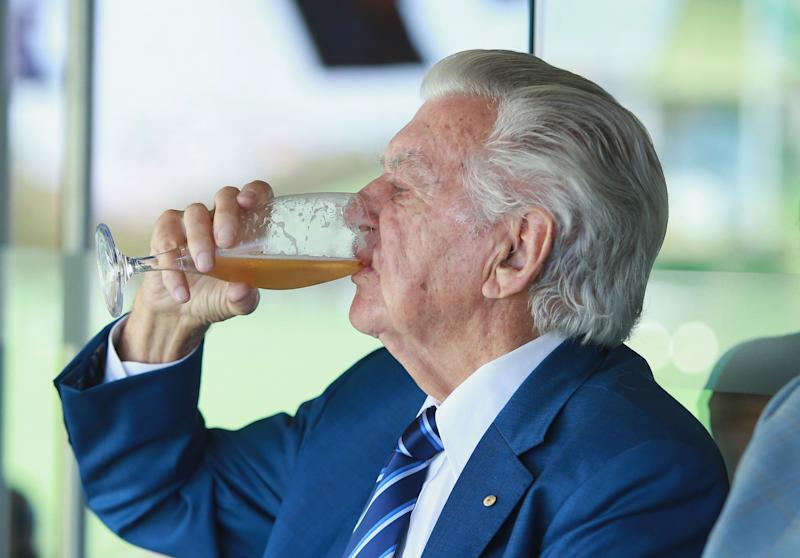 Bob Hawke, egged on by the SCG crowd, downs a cold beer at the Ashes Test in 2018. Source: Getty
