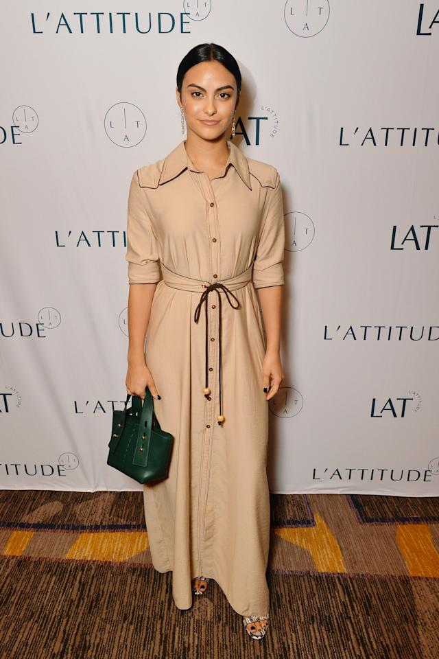 So elegant! Cami's choice of a long beige button-up maxidress and green handbag is beyond chic.