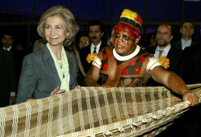 Indigenous chief Aritana explains how native handicrafts are made on a 2003 visit by Spain's Queen Sophia to Brasilia