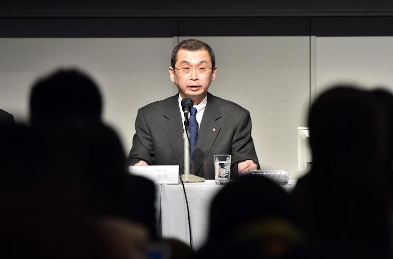 Takata chairman and CEO Shigehisa Takata (C) apologises for the auto company's airbag failures, at a press conference in Tokyo on June 25, 2015 (AFP Photo/Yoshikazu Tsuno)