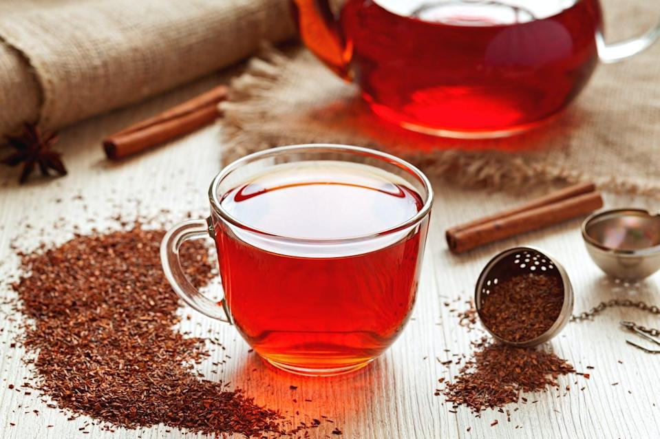 """<span class=""""attribution""""><a class=""""link rapid-noclick-resp"""" href=""""https://www.shutterstock.com/es/image-photo/cup-healthy-traditional-herbal-rooibos-red-274684553"""" rel=""""nofollow noopener"""" target=""""_blank"""" data-ylk=""""slk:Shutterstock / GreenArt"""">Shutterstock / GreenArt</a></span>"""