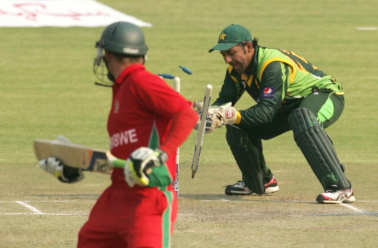 Pakistan wicketkeeper Sarfraz Ahmed effects a runout of Zimbabwe Sean Williams on August 31, 2013 during the third and final one-day international at the Harare Sports Club. AFP PHOTO / JEKESAI NJIKIZANA        (Photo credit should read JEKESAI NJIKIZANA/AFP/Getty Images)