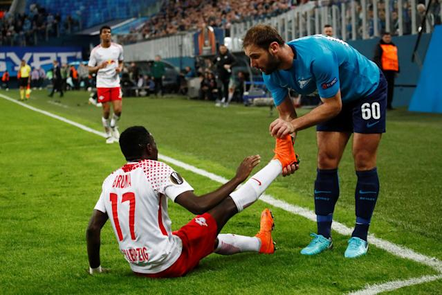 Soccer Football - Europa League Round of 16 Second Leg - Zenit Saint Petersburg vs RB Leipzig - Stadium St. Petersburg, Saint Petersburg, Russia - March 15, 2018 Zenit St. Petersburg's Branislav Ivanovic helps RB Leipzig's Bruma with cramp REUTERS/Maxim Shemetov