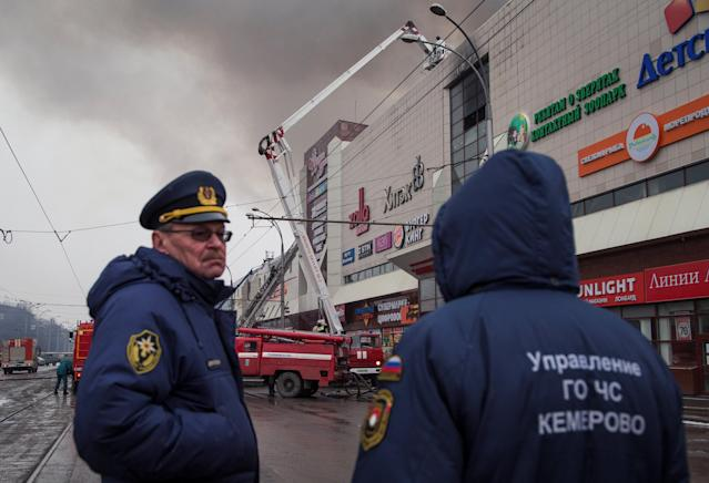 <p>Members of the Emergency Situations Ministry work at the scene of a fire in a shopping mall in the Siberian city of Kemerovo, Russia, March 25, 2018. (Photo: Maksim Lisov/Reuters) </p>