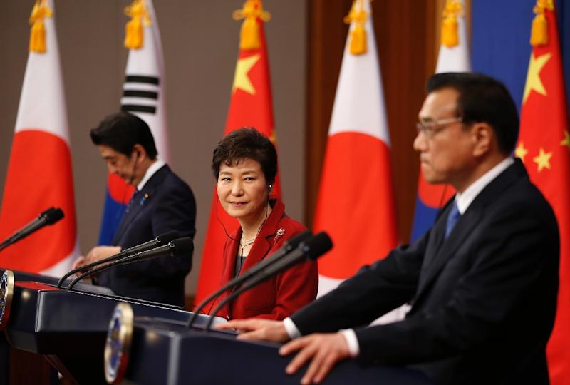 South Korea, China and Japan said they were willing to work together again to promote regional trade and security after setting aside historical animosities for the summit talks on November 1, 2015 (AFP Photo/Kim Hong-Ji)