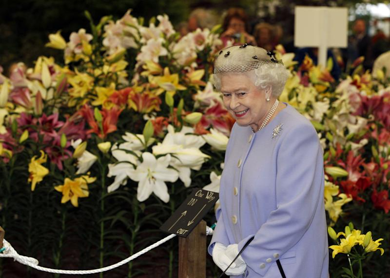 Britain's Queen Elizabeth II visits the Chelsea Flower Show in London, on May 21, 2012. AFP PHOTO / POOL / Lefteris Pitarakis (Photo credit should read LEFTERIS PITARAKIS/AFP/GettyImages)