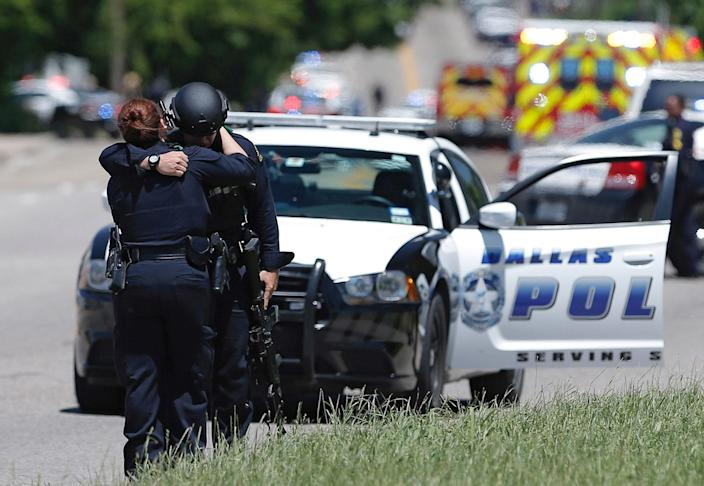 <p>Dallas police officers hug after police responded to a shooting incident in Dallas, Texas, U.S. May 1, 2017. According to authorities, a Dallas paramedic was shot while responding to a shooting call. (Brandon Wade/Reuters) </p>
