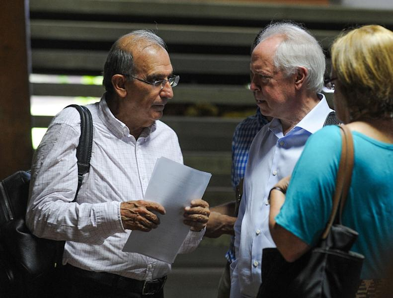 Humberto de la Calle (L), head of the Colombian delegation, talks with US special envoy Bernard Aronson (2nd-R) on November 19, 2015 as parties gather in Havana to discuss peace between Colombia's government and leftist FARC guerillas (AFP Photo/Yamil Lage)