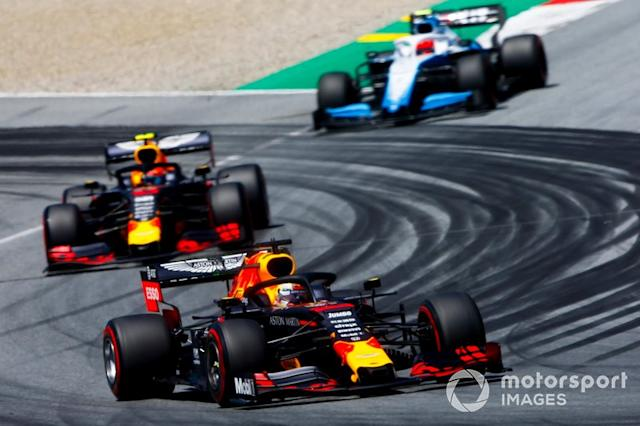 "Max Verstappen, Red Bull Racing RB15, Pierre Gasly, Red Bull Racing RB15 y Robert Kubica, Williams FW42 <span class=""copyright"">Andrew Hone / Motorsport Images</span>"
