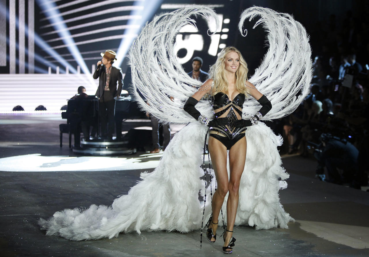 A model presents a creation during the Victoria's Secret Fashion Show in New York November 7, 2012. REUTERS/Carlo Allegri  (UNITED STATES - Tags: ENTERTAINMENT SOCIETY FASHION)