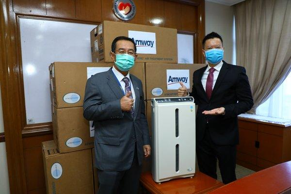 L-R Ministry of Health Secretary General Datuk Seri Dr Chen Chaw Min receiving Atmosphere units from Mr Mike Duong Managing Director of Malaysia, Singapore and Brunei