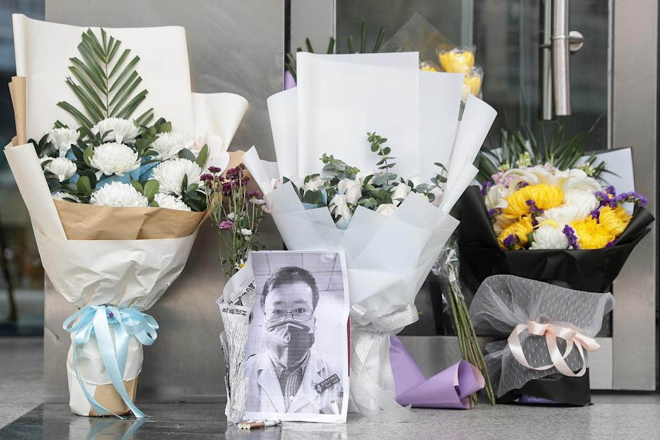 Homenaje a  Li Wenliang, el médico que alertó del virus tras su fallecimiento. (Photo by STR/AFP via Getty Images)