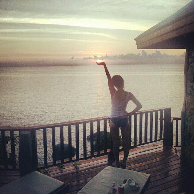 "Celebrity Twitpics: Caroline Flack has been sunning herself in the Bahamas for what feels like weeks. She made us very envious with this Twitpic which she posted alongside the caption: ""Don't let the sun go down on me.."""