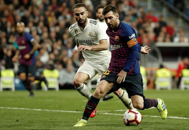 Messi y Carvajal durante el Real Madrid - Barcelona de marzo. Foto: Burak Akbulut/Anadolu Agency/Getty Images.