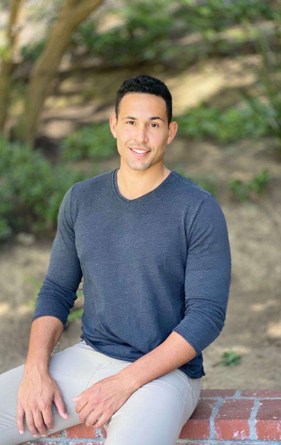 <p>When everyone else stands, Thomas sits. At least that's his pose of choice for his pic, and it's making him stand out from the crowd. He's a real estate agent and played basketball fro the University of San Diego.</p><p><strong>Age: 28</strong></p><p><strong>Hometown: San Diego, CA</strong></p><p><strong>Instagram: </strong></p>