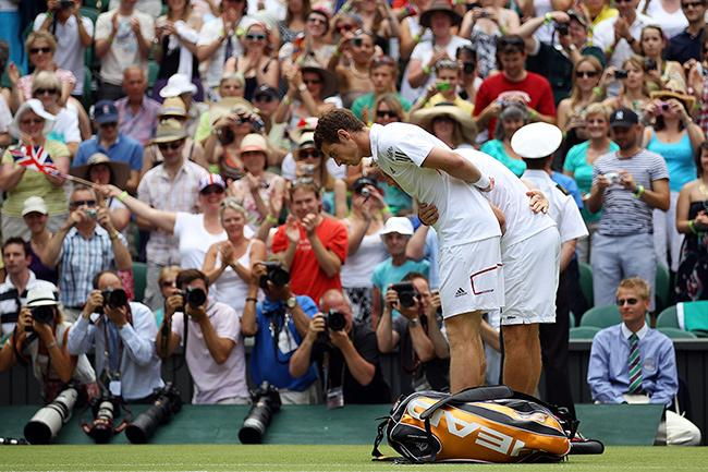 andy-murray-bows-to-the-queen-wimbledon-2010