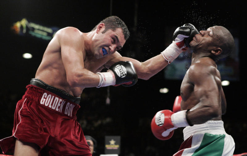 Oscar De La Hoya (L) of the U.S. punches compatriot Floyd Mayweather Jr. during their WBC Super Welterweight championship match at the MGM Grand Garden Arena in Las Vegas, Nevada May 5, 2007. Mayweather won by decision. REUTERS/Steve Marcus (UNITED STATES)