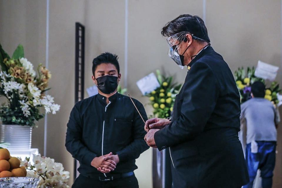 Malay Mail publisher and owner Datuk Siew Ka Wei pays his last respects to Datuk Wong Sai Wan during his wake service at the Xiao En centre in Kuala Lumpur May 15, 2021. ― Picture by Hari Anggara