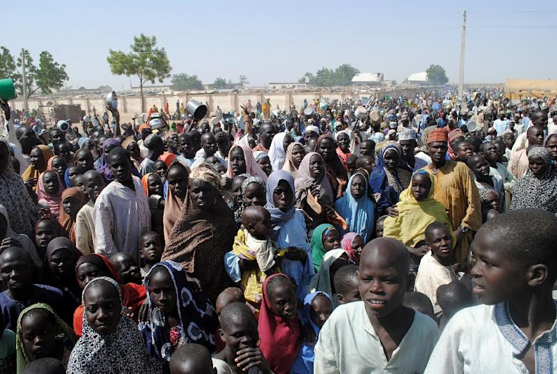 Internally Displaced Persons stand waiting for food at Dikwa Camp, in Borno State in north-eastern Nigeria, on February 2, 2016 (AFP Photo/)