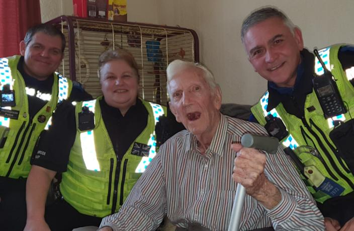 Leonard with some of the PCSOs who helped clean his flat. (Humberside Police)