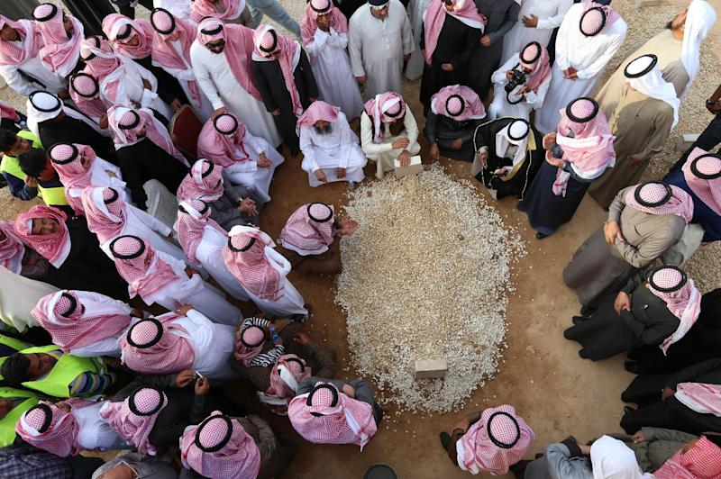 Mourners gather around the grave of Saudi Arabia's King Abdullah at the Al-Oud cemetery in Riyadh on January 23, 2015 following his death in the early hours of the morning (AFP Photo/Mohammed Mashhur)