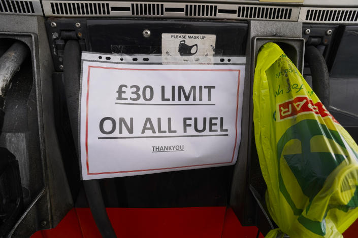HELSTON, ENGLAND - SEPTEMBER 24: A garage owner's sign notifying customers of a £30 limit to their fuel purchases is displayed at a Texaco franchise garage on September 24, 2021 in Helston, England. BP and Esso have announced that its ability to transport fuel from refineries to its branded petrol station forecourts is being impacted by the ongoing shortage of HGV drivers and as a result, it will be rationing deliveries to ensure continuity of supply.  (Photo by Hugh R Hastings/Getty Images)