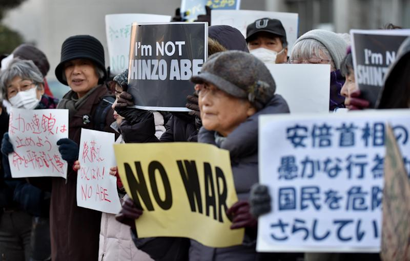 People stage a silent rally for Japanese hostage Kenji Goto near the prime minister's official residence in Tokyo on February 1, 2015 (AFP Photo/Kazuhiro Nogi)