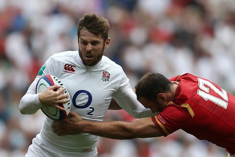 England's Elliot Daly (L) almost gets tackled by Wales' centre Jamie Roberts during the international rugby union match in London May 29, 2016 (AFP Photo/Justin Tallis)