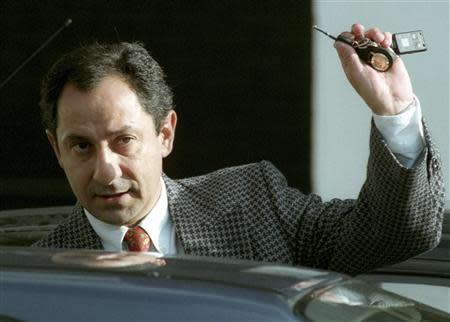 Tottenham Hotspur manager Ossie Ardiles leaves White Hart Lane in this November 1, 1994 file photo. REUTERS/Russell Boyce/Files