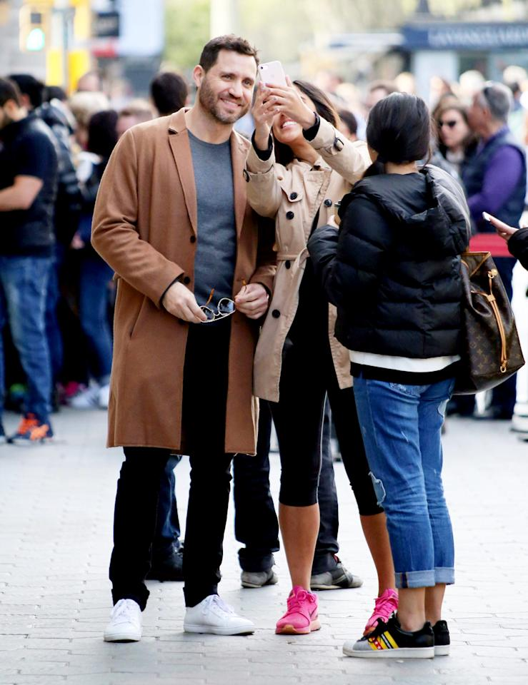 <p>Édgar Ramírez's selfie game is strong on Monday as he walks in Barcelona, Spain. </p>
