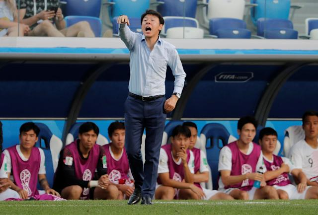 Soccer Football - World Cup - Group F - Sweden vs South Korea - Nizhny Novgorod Stadium, Nizhny Novgorod, Russia - June 18, 2018 South Korea coach Shin Tae-yong gestures REUTERS/Carlos Barria