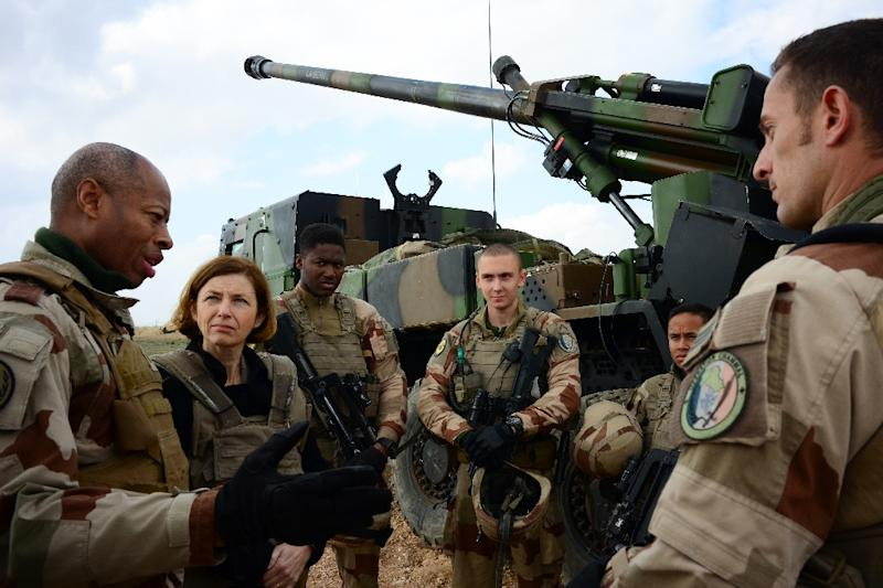 """French General Jean-Marc Vigilant (L) and France's Defence Minister Florence Parly (2nd L) talk to French soldiers engaged in """"Operation Chammal"""", the military operation against the Islamic State group (AFP Photo/Daphné BENOIT)"""
