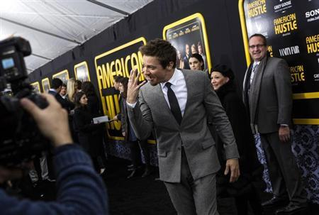"Cast member Jeremy Renner interacts with photographers at the ""American Hustle'"" movie premiere in New York December 8, 2013. REUTERS/Eric Thayer"