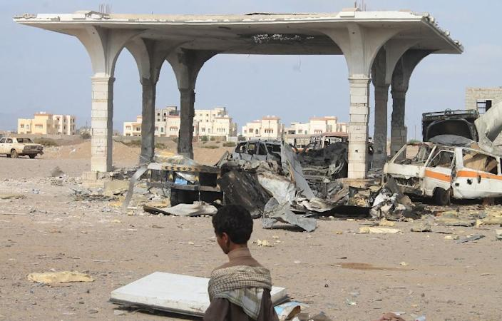 Destruction is seen at an oil installation reportedly used by Yemen's Huthi rebel forces following Saudi-led coalition aristrikes of the northern outskirts of Aden on June 4, 2015 (AFP Photo/Saleh al-Obeidi)