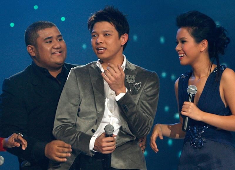 Singapore's Hady Mirza (C), 28, celebrates next to Indonesia's Mike Mohede (L) and Vietnam's Phuong Vy after winning the first Asian Idol held in Jakarta December 16, 2007. Six Asian countries including India, Indonesia, Malaysia, Philippines, Singapore and Vietnam participated in the inaugural Asian Idol contest. REUTERS/Crack Palinggi (INDONESIA)