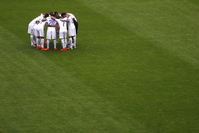 Chile players huddle before the 2014 World Cup Group B soccer match between Spain and Chile at the Maracana stadium