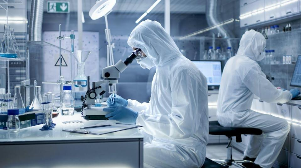 """<span class=""""attribution""""><a class=""""link rapid-noclick-resp"""" href=""""https://www.shutterstock.com/es/image-photo/secure-high-level-laboratory-scientists-coverall-684989593"""" rel=""""nofollow noopener"""" target=""""_blank"""" data-ylk=""""slk:Shutterstock / Gorodenkoff"""">Shutterstock / Gorodenkoff</a></span>"""
