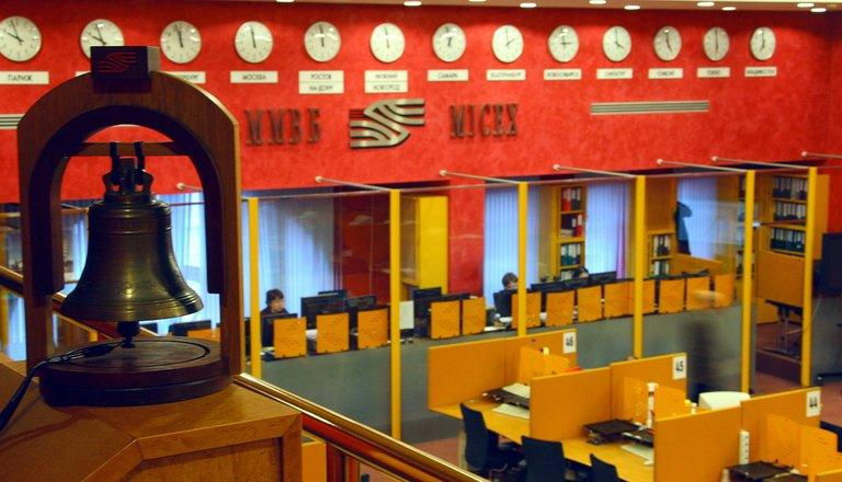 Brokers work at Russia's Micex-RTS stock exchange in Moscow on January 15, 2009