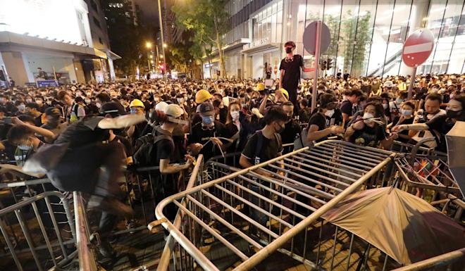 More than 1000 extradition bill protesters surrounded the Police Headquarters in Wan Chai. Photo: Dickson Lee