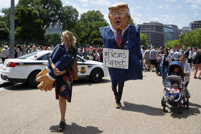 <p>Demonstrators gather outside the White House a day after President Donald Trump fired FBI Director James Comey, May 10, 2017, in Washington. (Photo: Evan Vucci/AP </p>