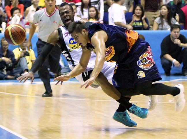 Blakely and Ronjay Buenafe get entangled. (PBA Images)