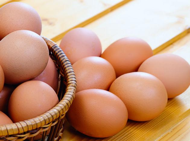 <b>Eggs</b> are an important source of zinc, lutein, B12, Vitamin D, Vitamin A and cysteine which helps in protecting your eyes from various diseases.