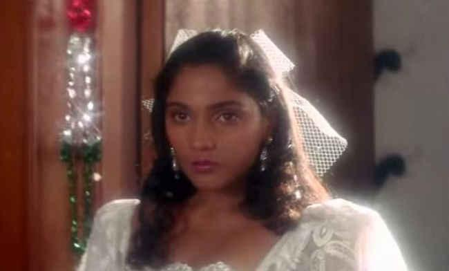 Before Mahesh Bhatt identified her as the central face of this romantic next, Anu was a model with a brief stint in VJing. Back in 1988, she had also appeared in the serial <em>'Isi Bahane' </em>which was telecast on Doordarshan. Interestingly, before she began her career in the show-biz, she was pursuing sociology from Delhi University and was a gold-medalist in her area of studies.