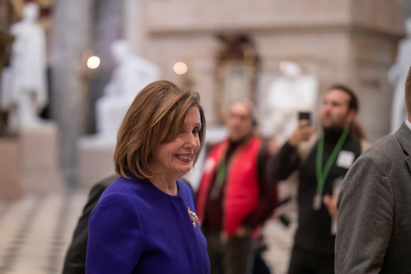 Democratic Speaker of the House Nancy Pelosi walks through the US Capitol in Washington, DC, USA, 09 January 2020. The House of Representatives is voting on the War Powers Act to limit offensive military action against Iran. (Estados Unidos) EFE/ERIK S. LESSER
