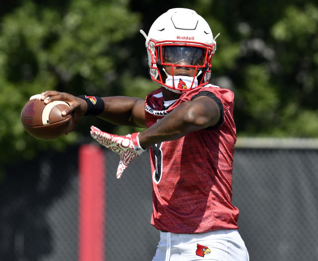 "What can Louisville quarterback <a class=""link rapid-noclick-resp"" href=""/ncaaf/players/254458/"" data-ylk=""slk:Lamar Jackson"">Lamar Jackson</a> do for an encore after winning the Heisman in 2016? (AP Photo/Timothy D. Easley)"