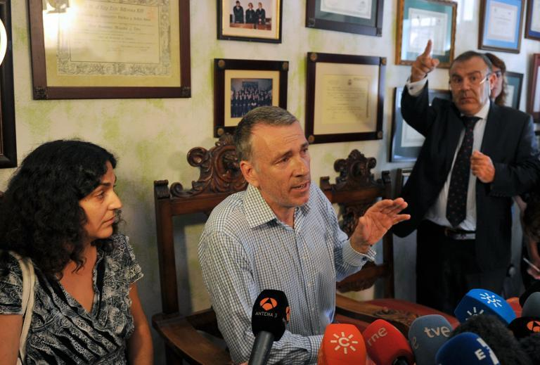 Brett (C) and Naghemeh King, the British parents of five-year-old Ashya King, speak to the press alongside their lawyer Juan Isidro Fernandez (R) in Seville on September 3, 2014 after their release from a Spanish prison