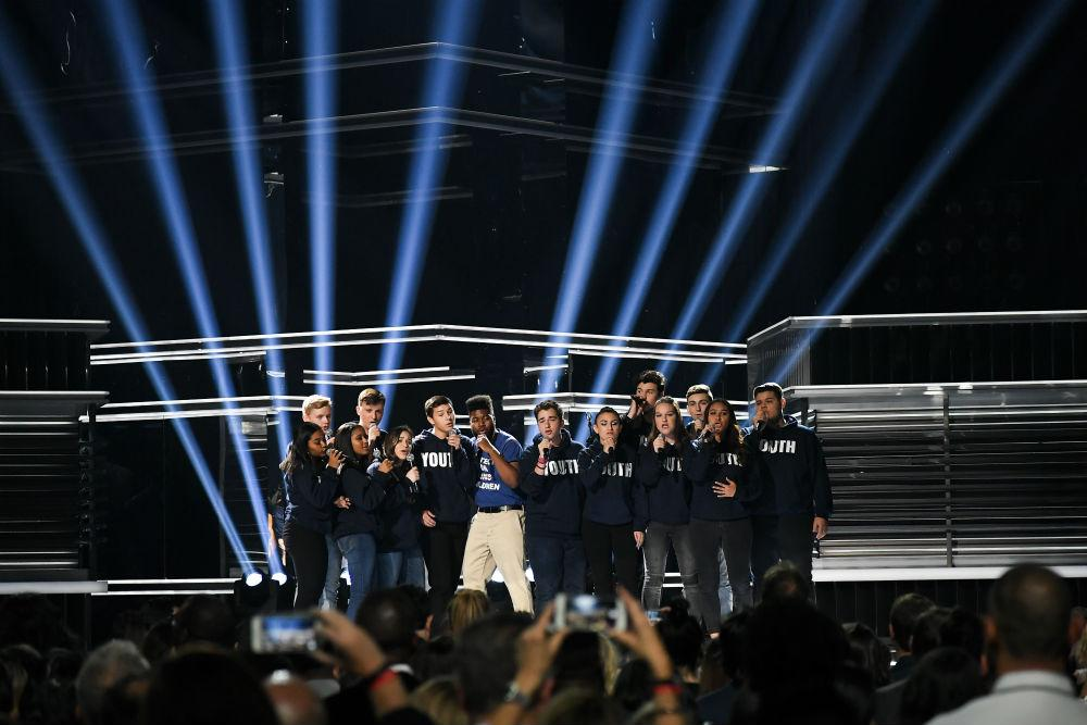 "The Billboard Music Awards worked a delicate balance Sunday night between serious issues like school shootings, mental health and suicide, and the usual ""Let me hear you make some noise!"" awards-show fare. In the show's second moment addressing the recent epidemic of school shootings — following Kelly Clarkson's tearful introduction — Shawn Mendes and Khalid […]"