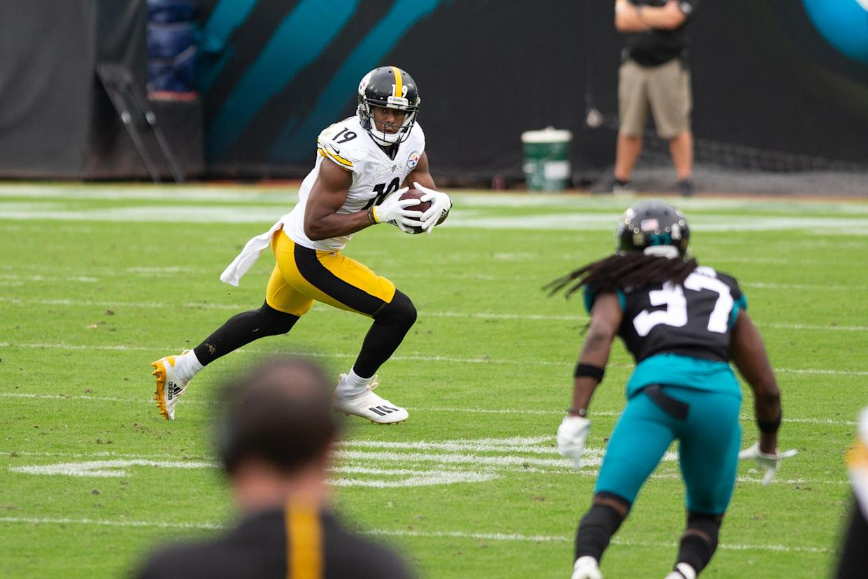 JACKSONVILLE, FL - NOVEMBER 22: Pittsburgh Steelers Wide Receiver JuJu Smith-Schuster (19) runs with the ball during the game between the Pittsburgh Steelers and the Jacksonville Jaguars on November 22, 2020 at TIAA Bank Field in Jacksonville, Fl. (Photo by David Rosenblum/Icon Sportswire via Getty Images)