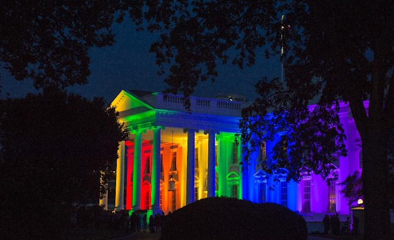 The White House is blanketed in rainbow colors symbolizing LGBT pride, in Washington, DC, on June 26, 2015 (AFP Photo/Molly Riley)