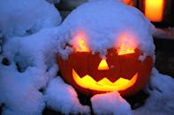 """<p><a href=""""http://www.startribune.com/13-photos-that-perfectly-capture-the-halloween-blizzard-of-1991/338843092/"""" rel=""""nofollow noopener"""" target=""""_blank"""" data-ylk=""""slk:A Halloween blizzard"""" class=""""link rapid-noclick-resp"""">A Halloween blizzard</a> covered the Midwest with snow from October 31st to November 3rd in 1991. Of course, not even harsh weather could keep trick-or-treaters inside!</p>"""